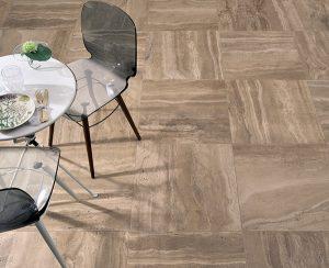 """Foto 2. Prachtige keramische travertin imitatie in een warme bruinkleur. Op de foto """"om en om"""" gelegd"""