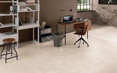 Foto 1. Voor een natuurlijke basic woonstijl is deze zacht getinte keramische kalksteen vloer goed geschikt.