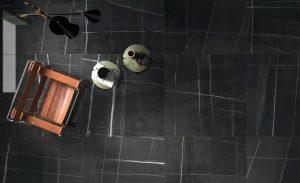 Foto 4. Prachtige keramische zwart marmer met een roest rode ader.