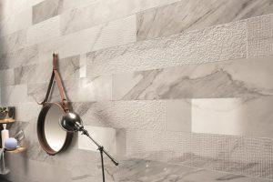 Foto 1. Tegen een badkamer wand. Mooi als accent maar ook voor de hele badkamer. In diverse afmetingen en oppervlakte structuren.