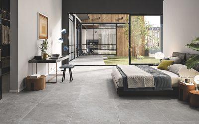 Foto 8. Een rustige keramische kalksteen in 80x80 formaat met getrommelde randen.