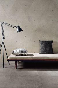 Foto 2. Rustige betonlook met een gaaf decor, alsof er ijzeren pinnen inzitten.