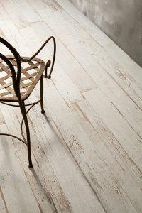 Foto 3. keramisch hout waarvan het lijkt alsof de verf versleten is.