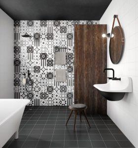 Foto 3. Een speelse zwart wit patchwork tegel 20x20 op de achterwand van de badkamer
