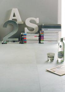 Foto. 5 mooie betonlook in 90x90 cm met bijpassende decor wandtegels