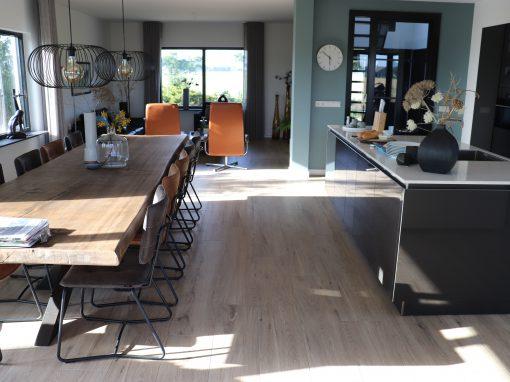 Foto 10. Rustig keramisch hout, mooi te combineren met zwarte stalen deuren