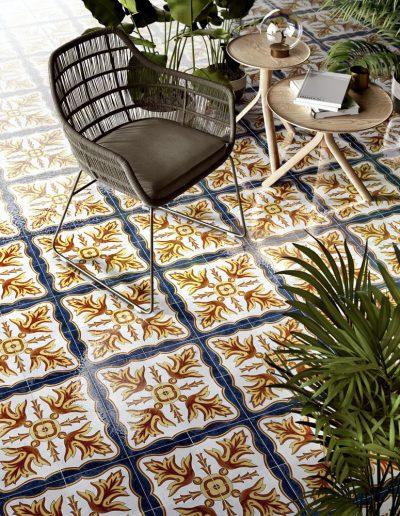 Foto 7. Prachtige oosterse keramische patroontegel met felle kleuren.
