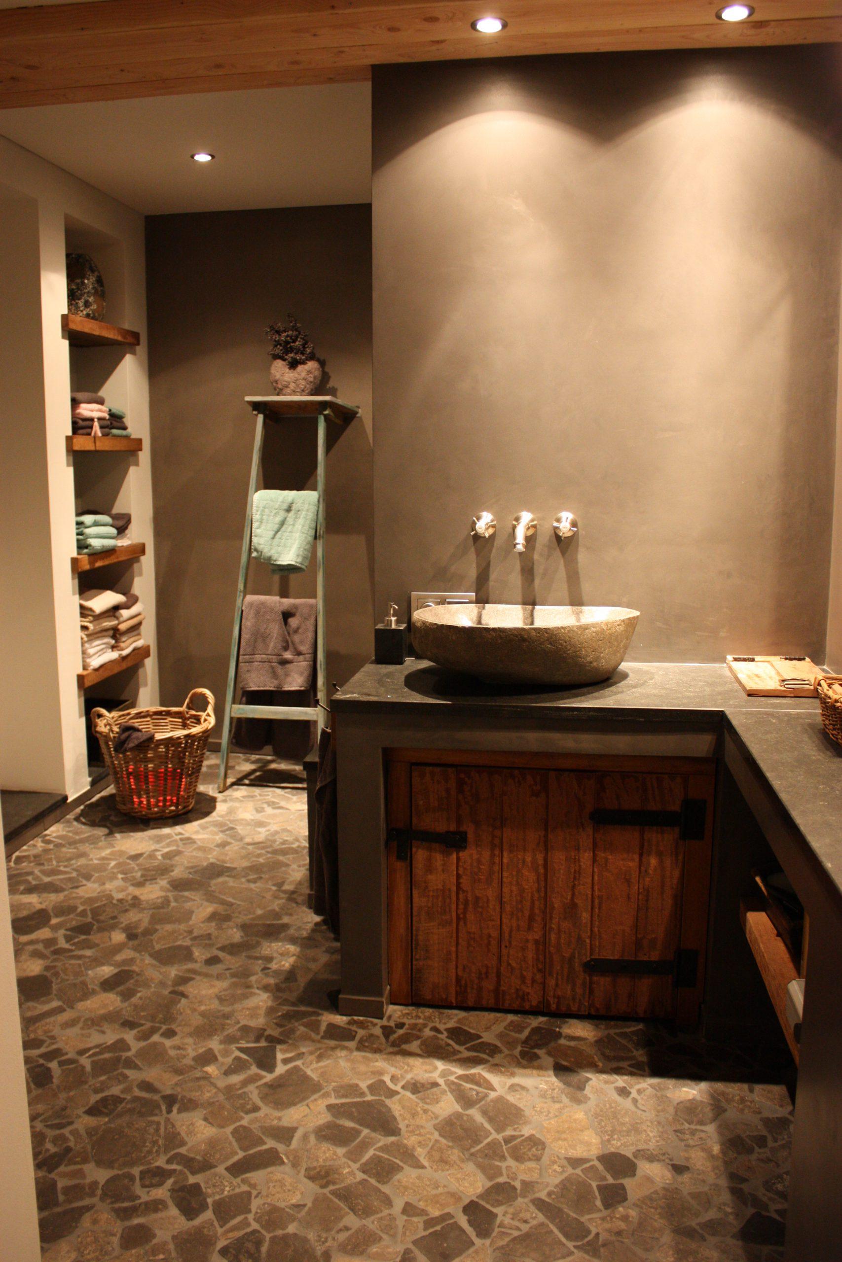Badkamer met flagstone vloer