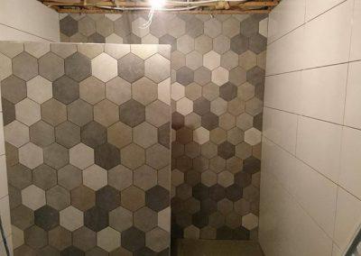 Badkamer met verschillende kleuren hexagon tegels