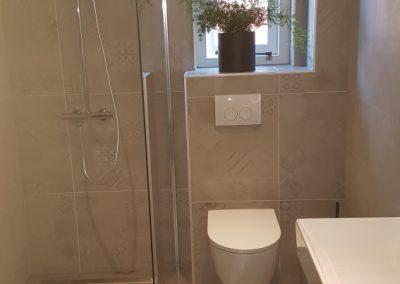 Badkamer in rustige kleuren met een patroontegel als accent