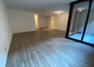 Appartement met lange stroken keramisch parket