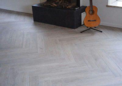 Visgraat vloer met 15×90 keramische houtlook tegels