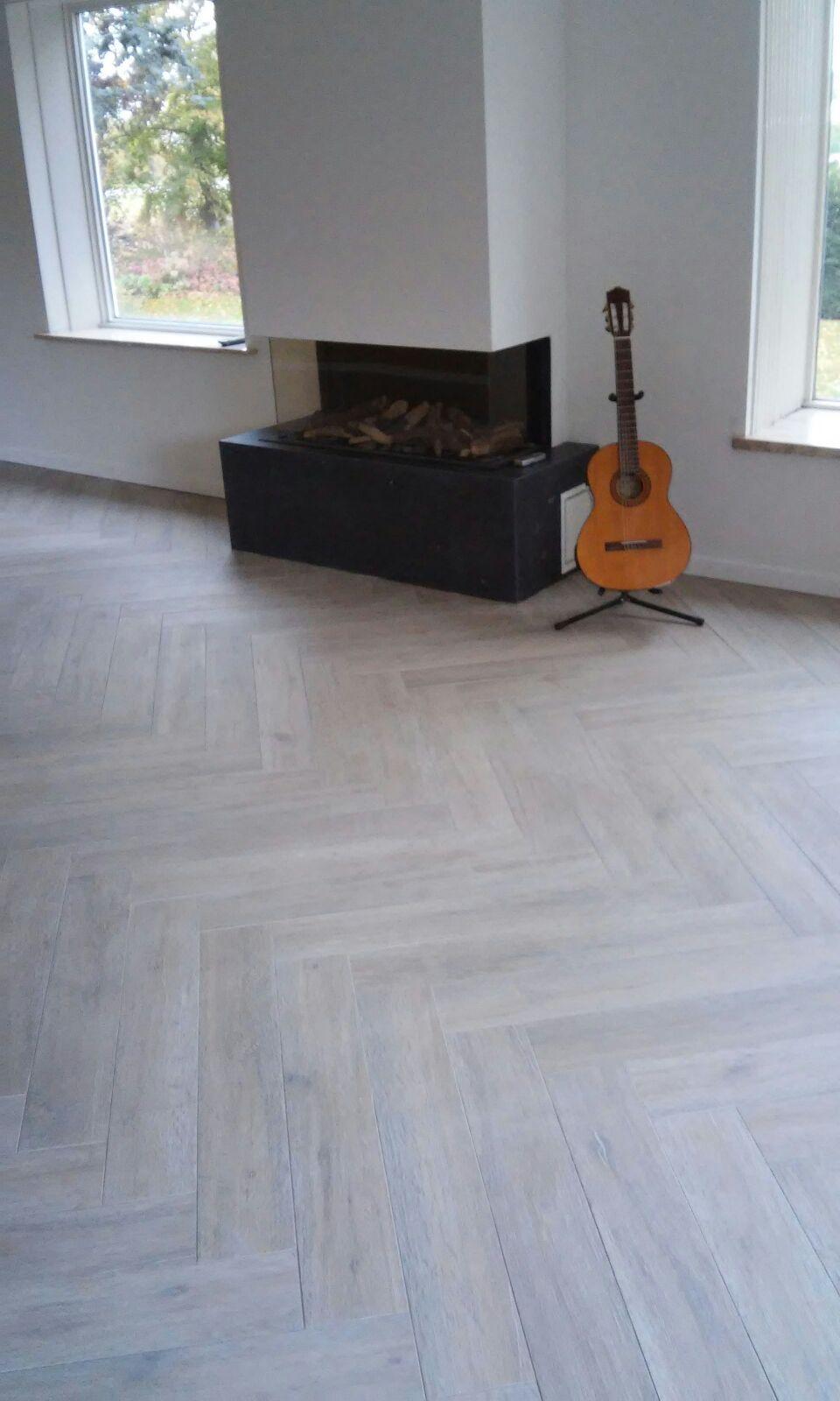 Visgraat vloer met 15x90 keramische houtlook tegels