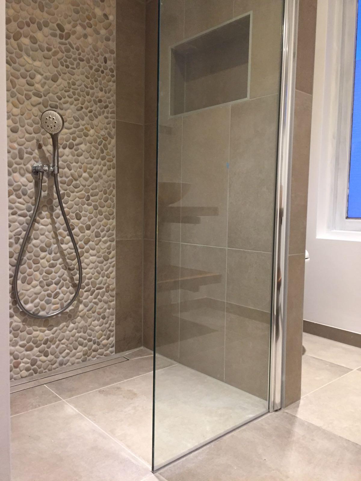 Badkamer met betonlook en kiezels
