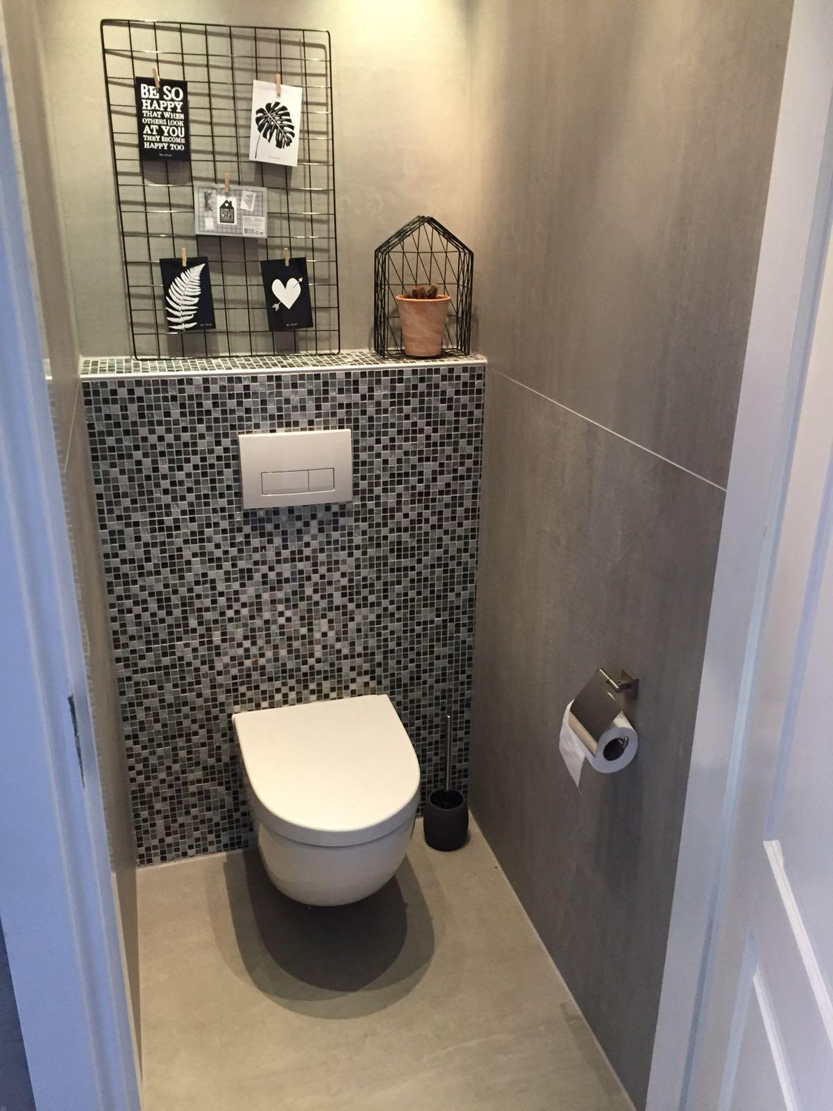 Toilet met 120x120 op de zijwanden en mozaïek op de achterwand