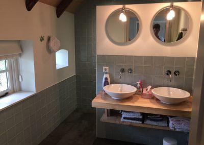 Badkamer met landelijke tegels