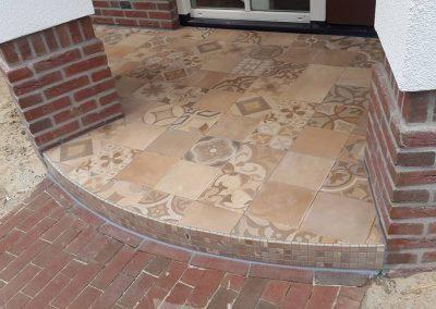 Buitenterras met patroontegels 60×60 in cotto kleuren
