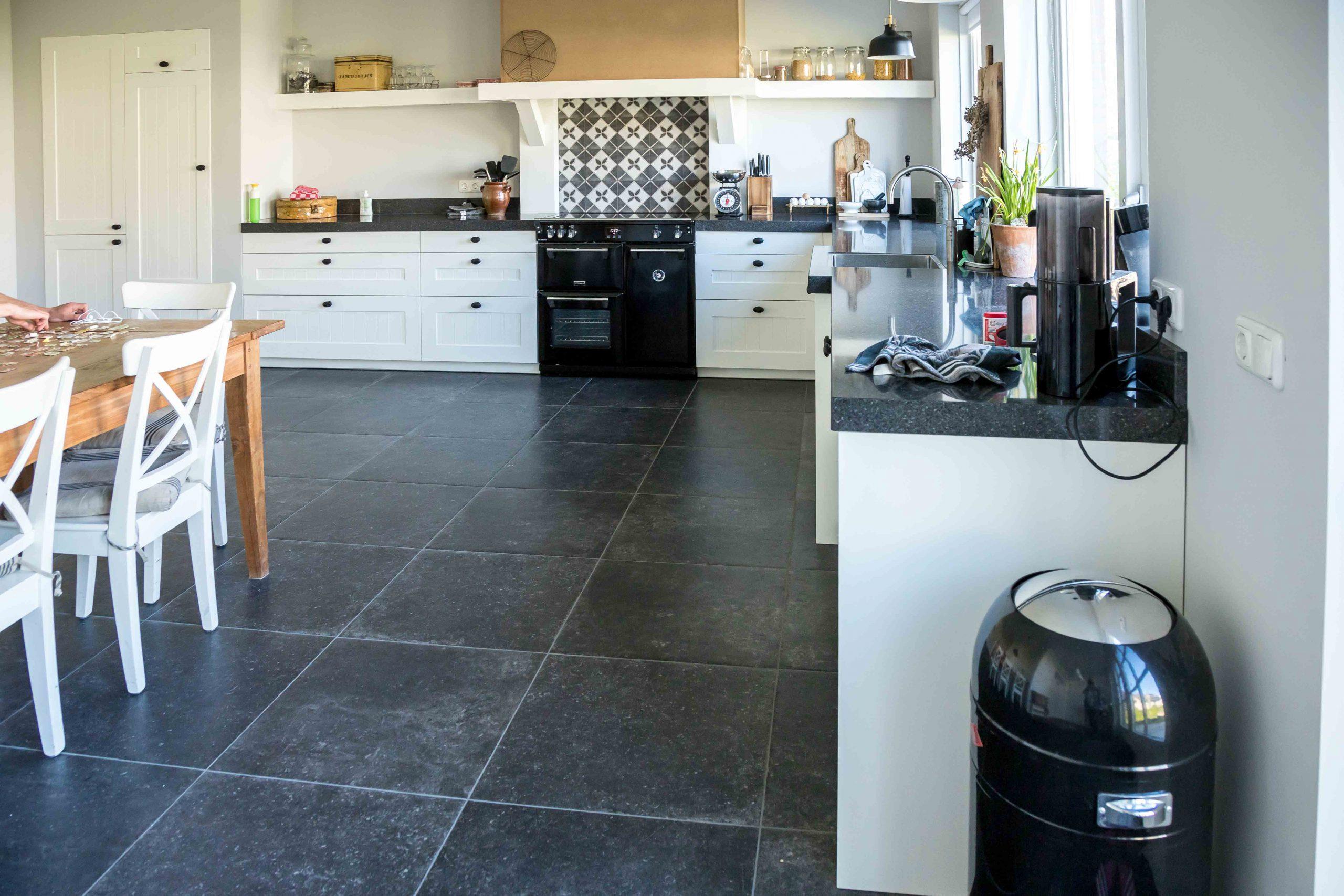 Prachtige woning met hardstenen keukenvloer en patroontegels in de hal