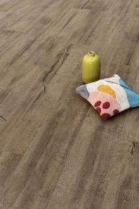 Foto 9. Donker keramisch hout. Het lijkt alsof de naden gevuld zijn met hars. Het hars glimt iets.