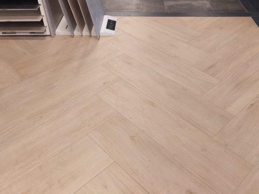 Foto 1. Grote maat visgraat vloer met keramisch hout in 30x120